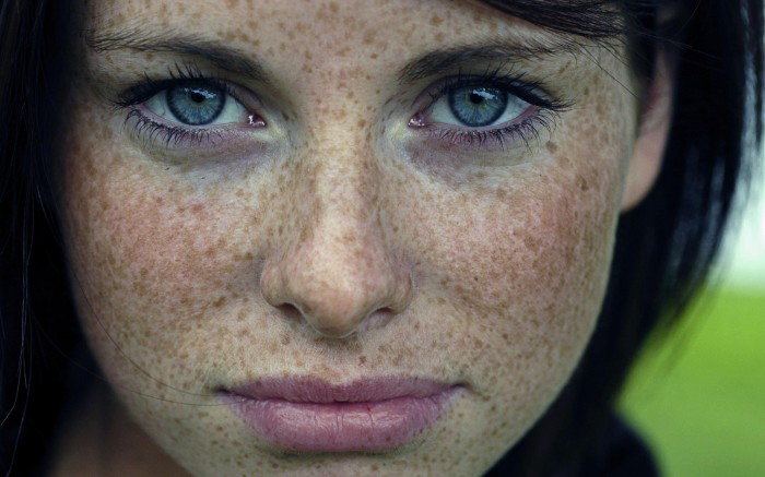 woman-blue-eyes-freckles-2560x1600